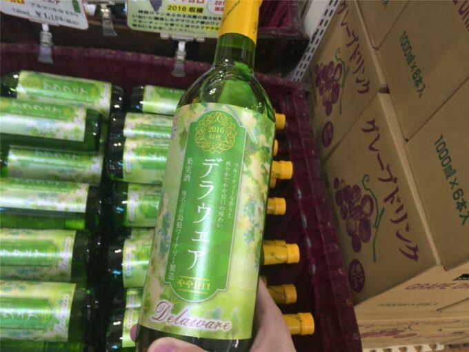 2016 年島根県産デラウェア種葡萄 100% 使用。 フルーティーな香りと爽やかでやや甘口味わいの白ワイン